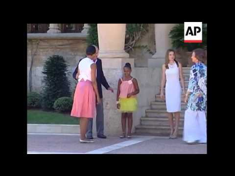 U.S. first lady Michelle Obama and daughter Sasha had lunch with Spain's king and queen on Sunday at