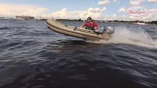 Badger Fishing Line 330 с мотором 15 л.с. на воде