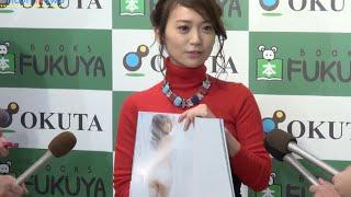 女優の大島優子(25)が24日、都内でAKB48卒業後初の写真集『脱ぎやがれ!』(幻冬舎刊)発売記念サイン会前に報道陣の取材に応じた。