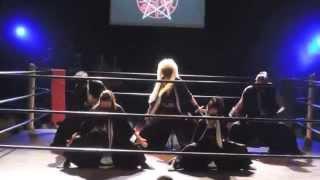A battle of a ninja and a pro wrestler. 2014年6月、新木場1stリングにて開催された「魔界錬闘会」ライブの模様。 影導士VS召喚レスラー。
