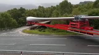 incrível carreta com carga gigante fazendo curva pra passar na ponte