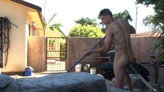 Une entreprise du Cap lance les hommes de ménage nus thumbnail