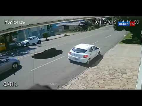 Двухметровый провал от самосвала поглотил легковой автомобиль  Видео