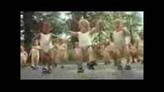 أطفال يرقصون على أغنية عايز الدوندو
