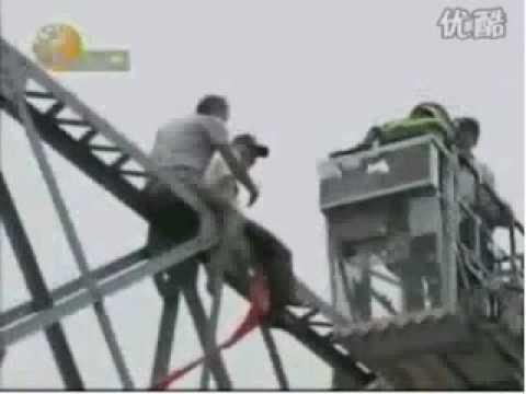 China bridge jumper 'gets a push' 1