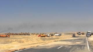 تدفق السيارات  للبدء فى حمل الرمال الناتجة من الحفر أغسطس 2014