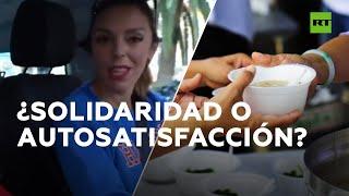 """Polémica por 'youtubers' que lanzan comida desde su coche a los """"desfavorecidos"""" en España"""