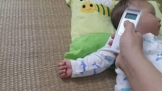 Có nên đeo bao chân bao tay cho bé không ?? Liệu có gây hại cho trẻ sơ sinh ??