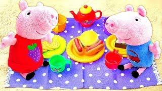 Фото Свинка Пеппа и Джордж играют в песочнице. Маленькие свинки лепят куличики и пьют чай