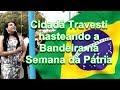 Cidadã Travesti hasteando a Bandeira na Semana da Pátria