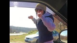 Патимейкер. девушка танцует перед гаишниками(Girl dancing for officers police. Party cops Интернет буквально