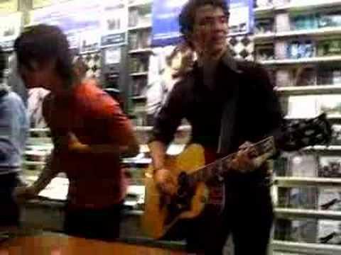 Jonas Brothers; FNAC. Milan. S.O.S part.2