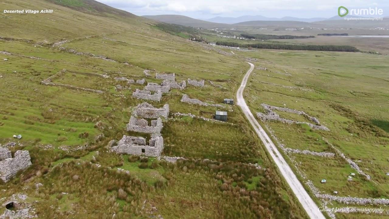 Imágenes de drones capturan una antigua aldea desierta en Irlanda