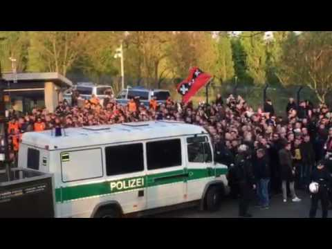 Ajax-Fans bei Ankunft des Mannschaftsbusses