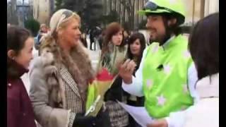 Un jockey cherche son cheval perdu dans Paris