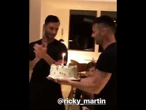 Ricky Martin saluda a Jwan con una torta por su cumpleaños.