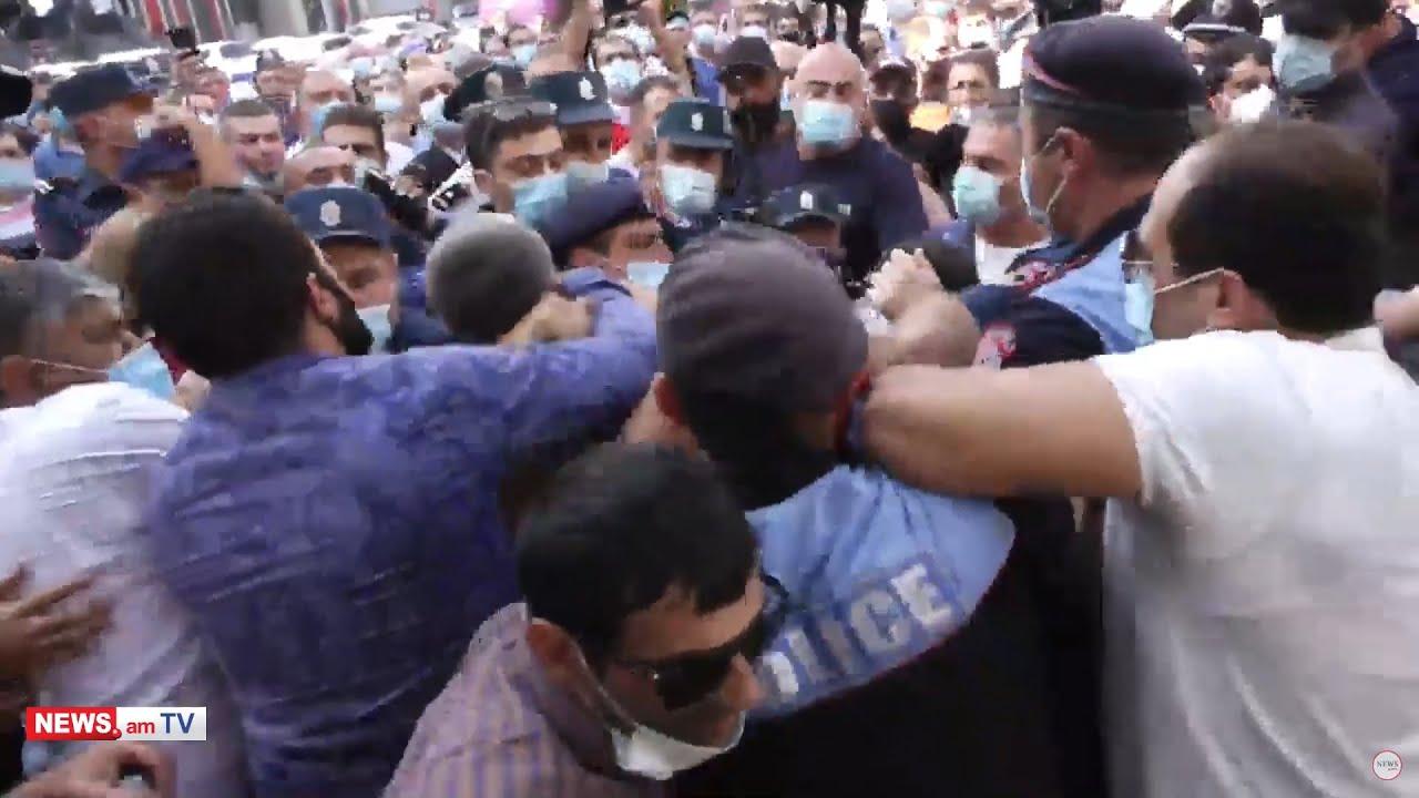 Տեսանյութ.Հորս արև, խփում են.Դատարանի բակից բռնի ուժով քաղաքացիներ են բերման ենթարկվում