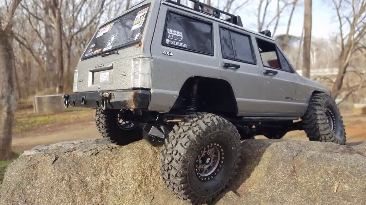 Hardbody XJ scx10 ripping up the river bank! - The Most