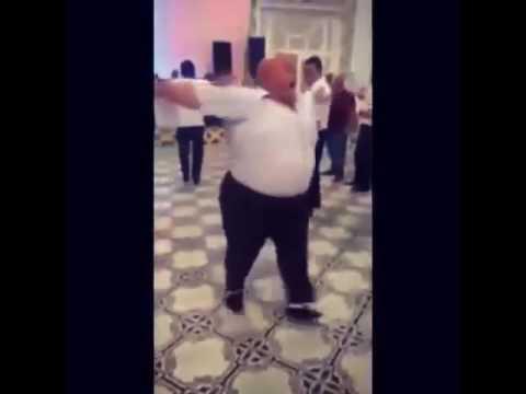 Мужик танцует под песню улыбайся