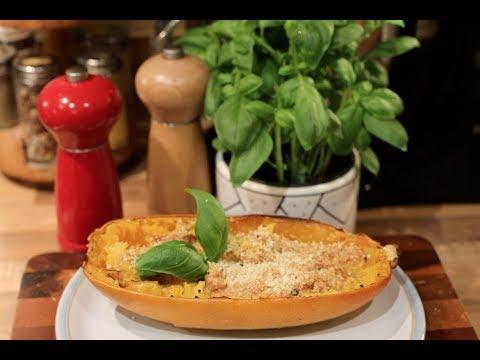 Wegańskie spagetti z dyni z kremowym sosem pomidorowym i parmezanem
