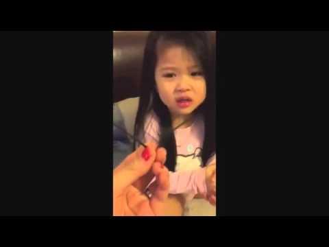 Bé gái cãi tay đôi với mẹ cực đáng yêu....