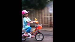 Zahra belajar naik sepeda