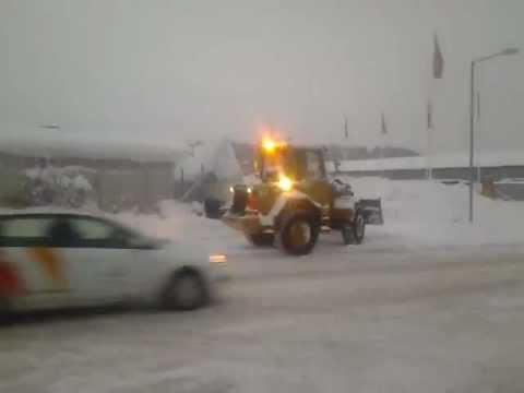 Cat IT 14 lastar bort snö