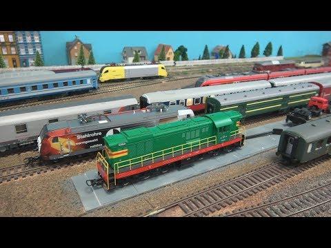 Макс идет смотреть поезда на макет с железной дорогой машинками и поездами