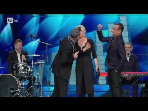 Sanremo 2017 - Robbie Williams bacia sulla bocca Maria De Filippi