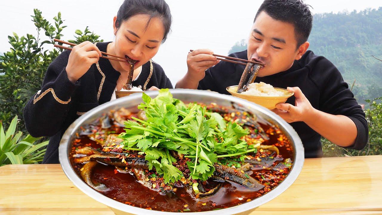 【超小厨】100元3斤鳝鱼,做麻辣水煮鳝鱼,夫妻吃嗨了互唱情歌,牛听了都想吐!
