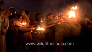 Holy crowd performs evening aarti at Allahabad Sangam during Maha Kumbh