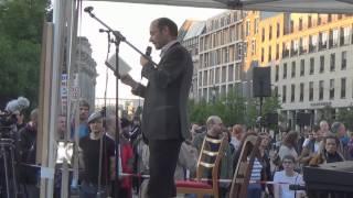 Stefan Böhme auf der Montagsdemonstration am Brandenburger Tor zwischen den politischen Stühlen