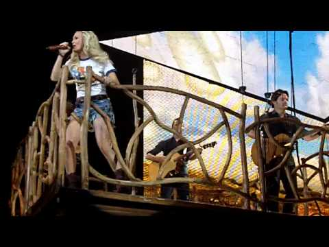 """Carrie Underwood - """"Get Out Of This Town"""" LIVE in Green Bay"""