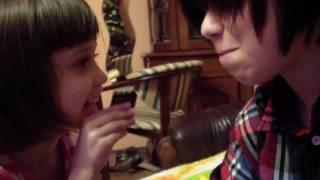 �������� ���� Младшая сестра издевается над челкастым ������