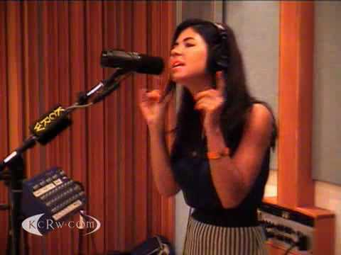 Marina and the Diamonds performing