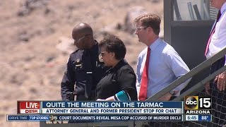 Loretta Lynch and Bill Clinton meet in Phoenix by : ABC15 Arizona