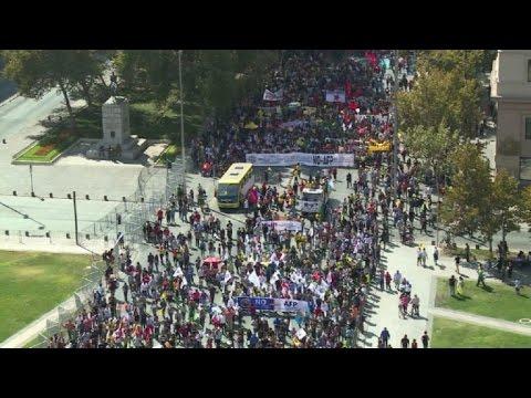 Chilenos marchan contra sistema de pensiones, legado de Pinochet