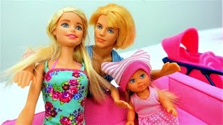 Кен и Барби купают Штеффи. Пупсы и куклы Барби