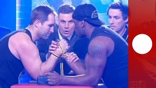 LiveArmdrücken Australischer Rugystar bricht sich den Arm Publikum schockiert