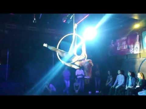Kat kruh Magic Pole Dance party