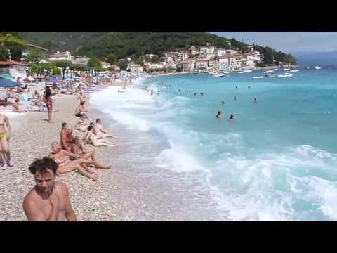 Wellen und Sturm am Strand von Mošćenička Draga