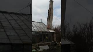 Walacy się komin