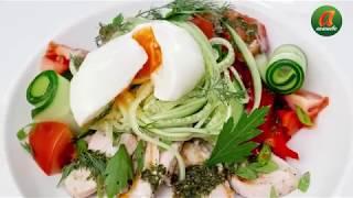 Деревенский салат с курицей и яйцом Пашот