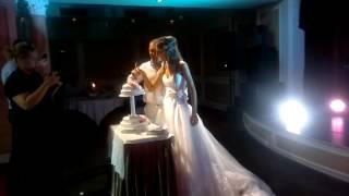 Свадебный торт и не много гостей)