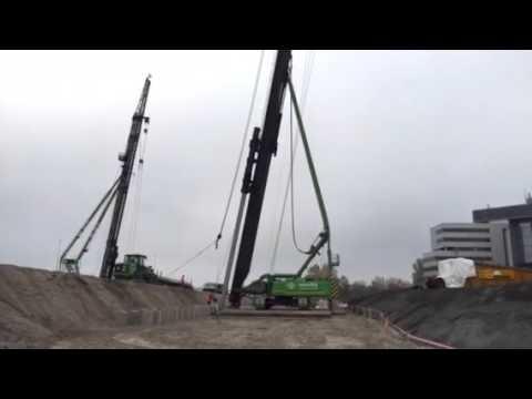 Heien betonpalen door Voorbij