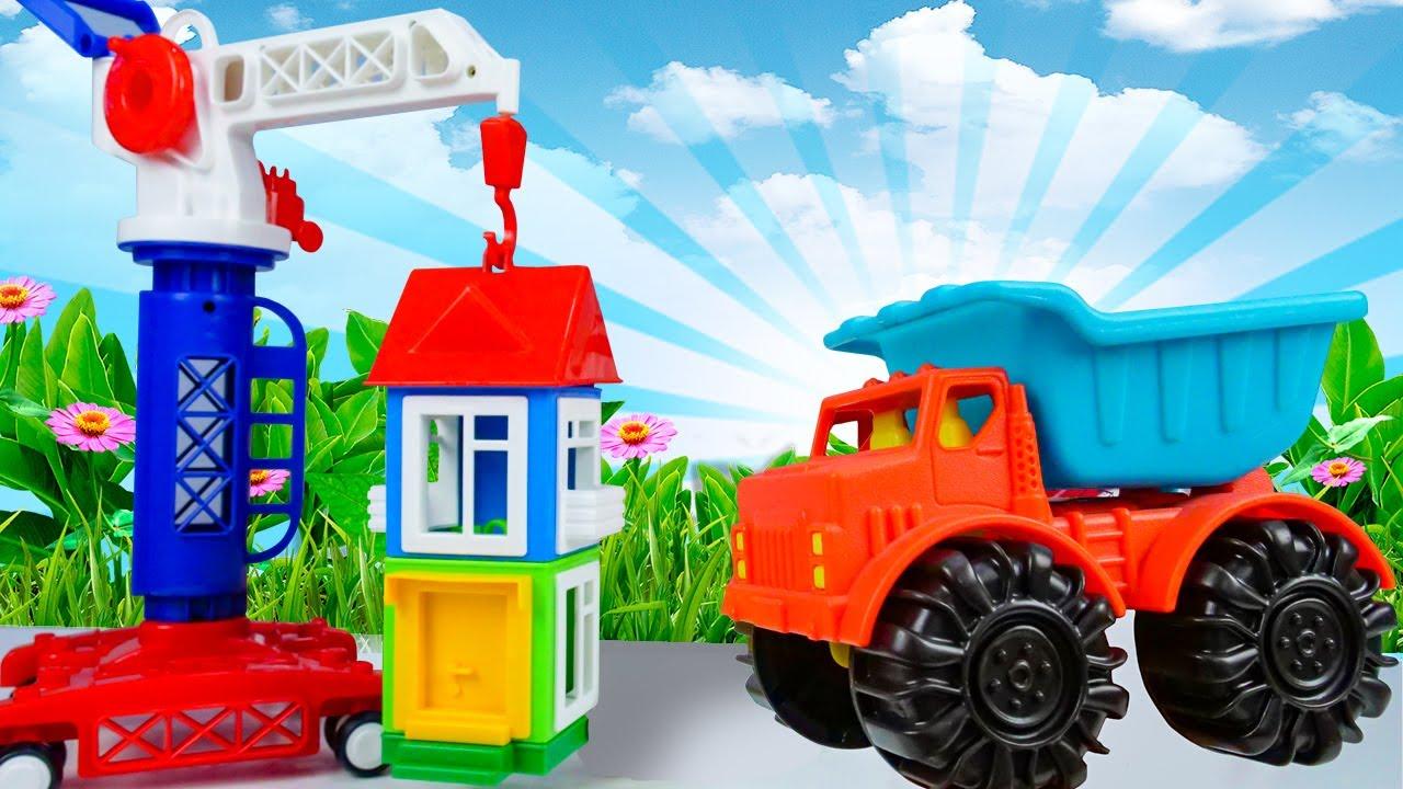 Видео для детей про машинки и конструктор! Клоун Гоша собирает домик с помощью строительного крана!
