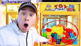 FOUND A CANDY POPCORN CLAW MACHINE!!! (ARCADE HACKS 100% WIN EVERY TIME)