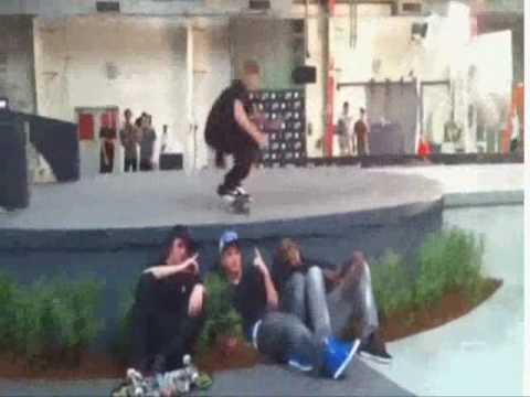 Justin Bieber Humps The Floor! LOL!
