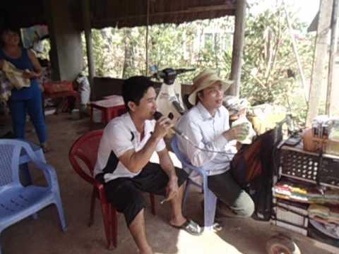 Quang Le 2 hat dao ban tam hong ngu mang ten em