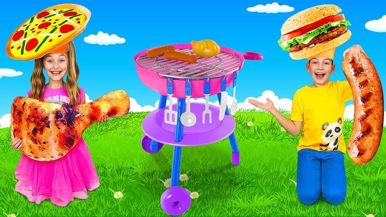 साशा और मैक्स कुक होने का नाटक करते हैं और मिन्नी माउस के साथ टॉय ग्रिल पर फ्राइड चिकन पकाते हैं
